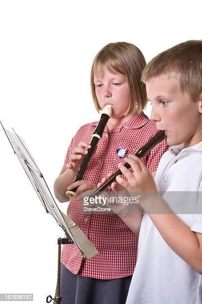 Primäre Kinder spielen Musik auf und Rekorder