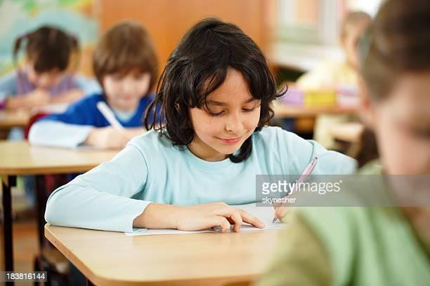 École primaire :  les enfants se concentrer sur schoolwork.