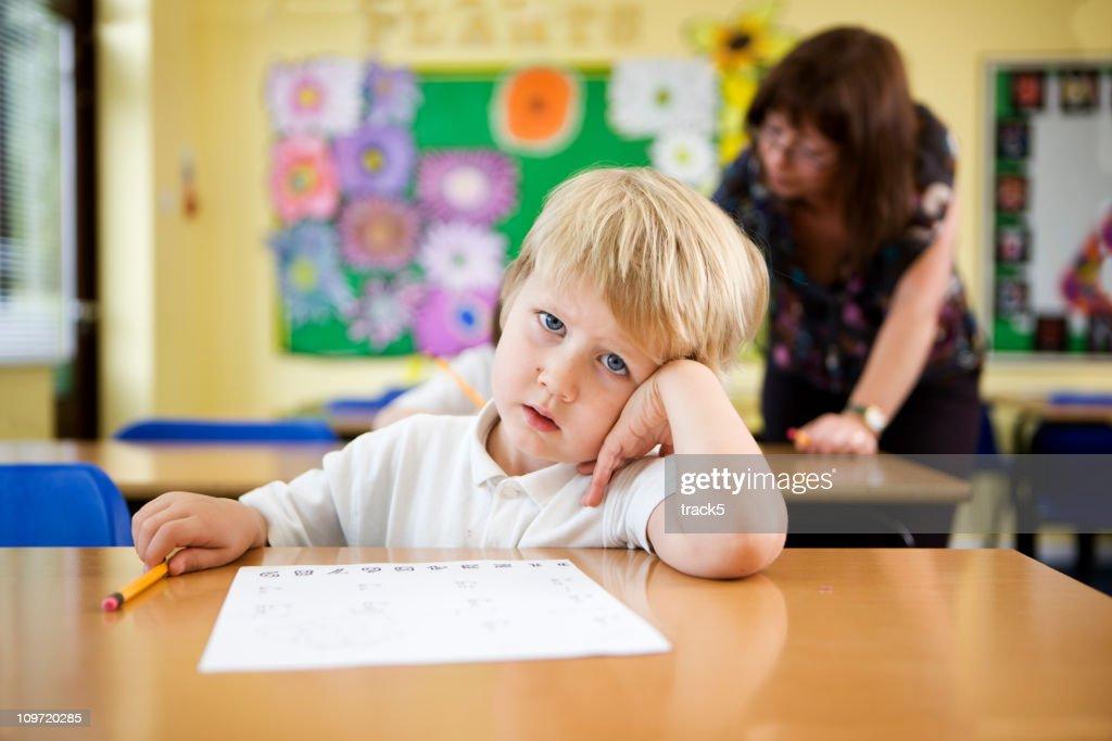 primary school: confused schoolboy : Bildbanksbilder