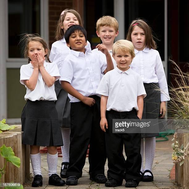 escola primária: jovens amigos em pé juntos classe - class photo - fotografias e filmes do acervo