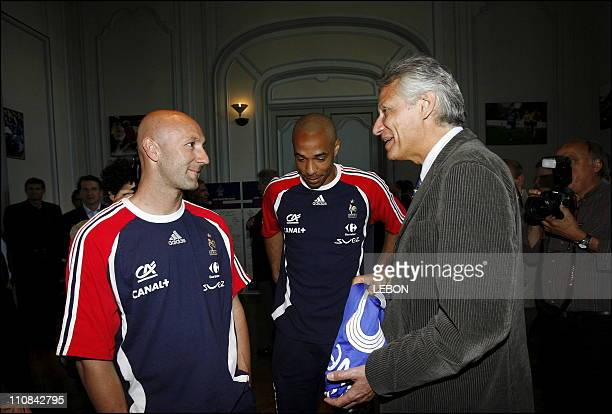 Prime Minister Dominique De Villepin Visits A French Football Team In Clairfontaine In Paris France On May 28 2006 Left to right Fabien Barthez...