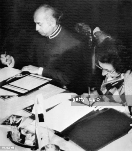 Prime Minister Indira Gandhi of India and Pakistani President Ali Bhutto sign a peace agreement 04 July 1972 in Simla.