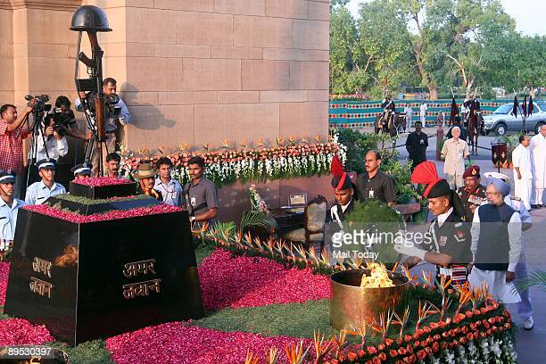 Prime Minister Manmohan Singh pays tribute to the Kargil war martyrs at Amar Jawan Jyoti on the occassion of 10th anniversary of Kargil war victory...
