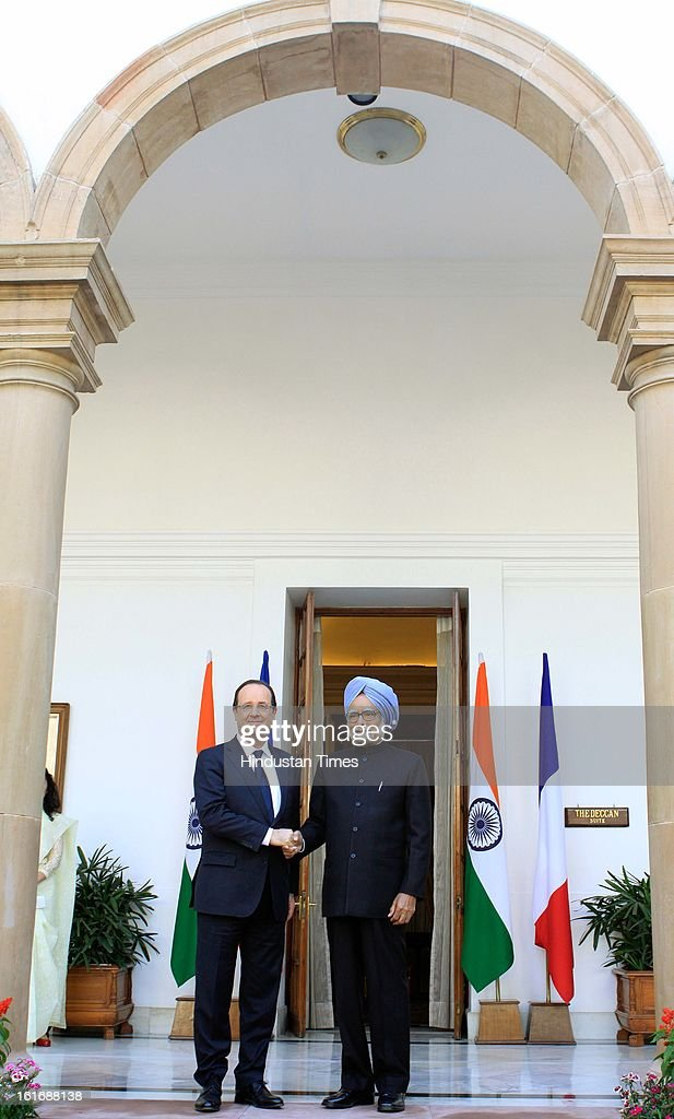 Prime minister Manmohan Singh (R) shakes hands with French President Francois Hollande (L) at Hyderabad House before the signing agreements on February 14, 2013 in New Delhi, India.