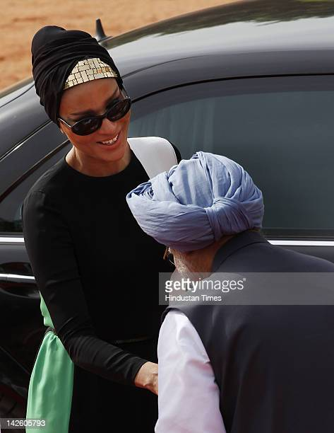 Prime Minister Manmohan Singh welcomes Sheikha Mozah bint Nasser Al Missned during a Ceremonial Reception at Rashtrapati Bhawan on April 9 2012 in...