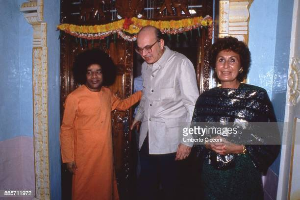 Prime Minister of Italy Bettino Craxi is with his wife Anna Craxi and Indian guru Sathya Sai Baba India 1986