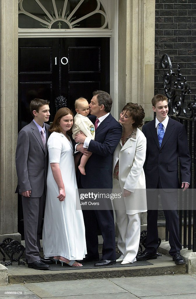 Prime Minister Tony Blair and family outside Number Ten after victory in 2001 General Election : News Photo