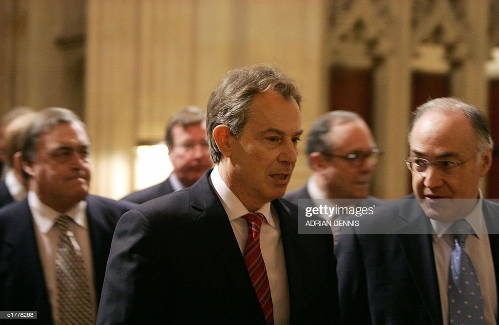 Prime Minister Tony Blair (C) walks alongside Conservative Party Leader Michael Howard (R) as they leads MPs into The House of Lords for The Queen's Speech during The State Opening of Parliament at The Palace of Westminster in London, 23 November 2004. AFP PHOTO Adrian DENNIS / WPA