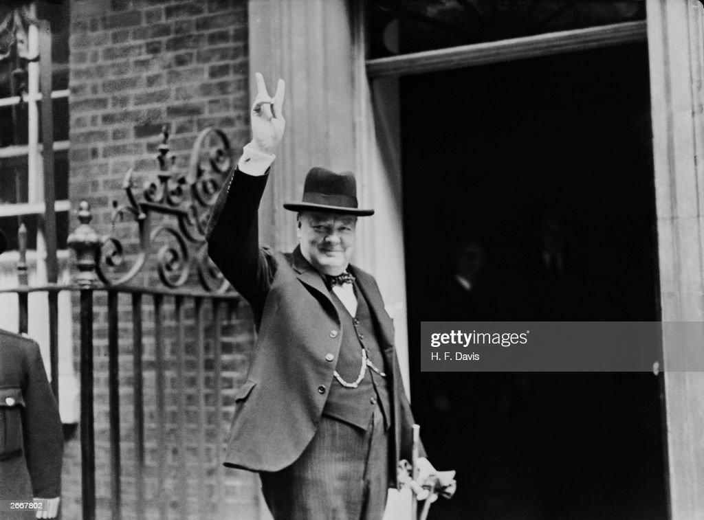 Churchill's V Sign : News Photo