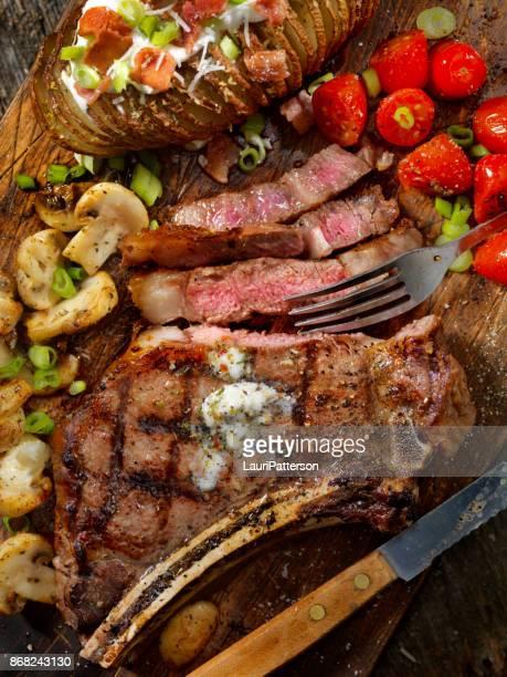 BBQ Prime Rib Steak mit einer Hasselback-Kartoffel