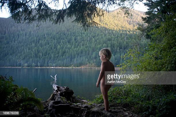 primitive boy - chico desnudo cuerpo entero fotografías e imágenes de stock