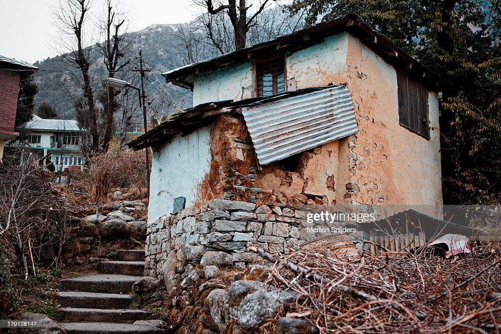 Primitive residence on hill slope : Stockfoto