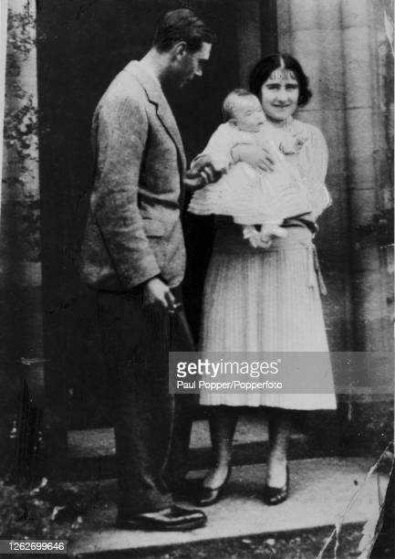 Prince Albert Duke of York later George VI and Elizabeth Duchess of York later Queen Elizabeth The Queen Mother posed with their baby daughter...