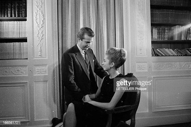 Prince Albert Of Liege And His Wife Princess Paola Bruxelles 20 novembre 1962 Portrait en intérieur du prince ALBERT DE LIEGE agenouillé près de son...