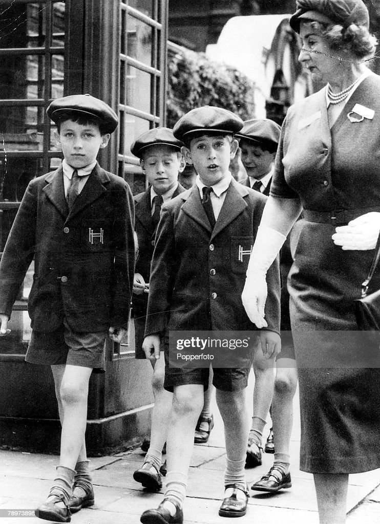 1957. Prince Charles goes for a walk with other pupils while at Hill house school in Knightbridge. : Nachrichtenfoto