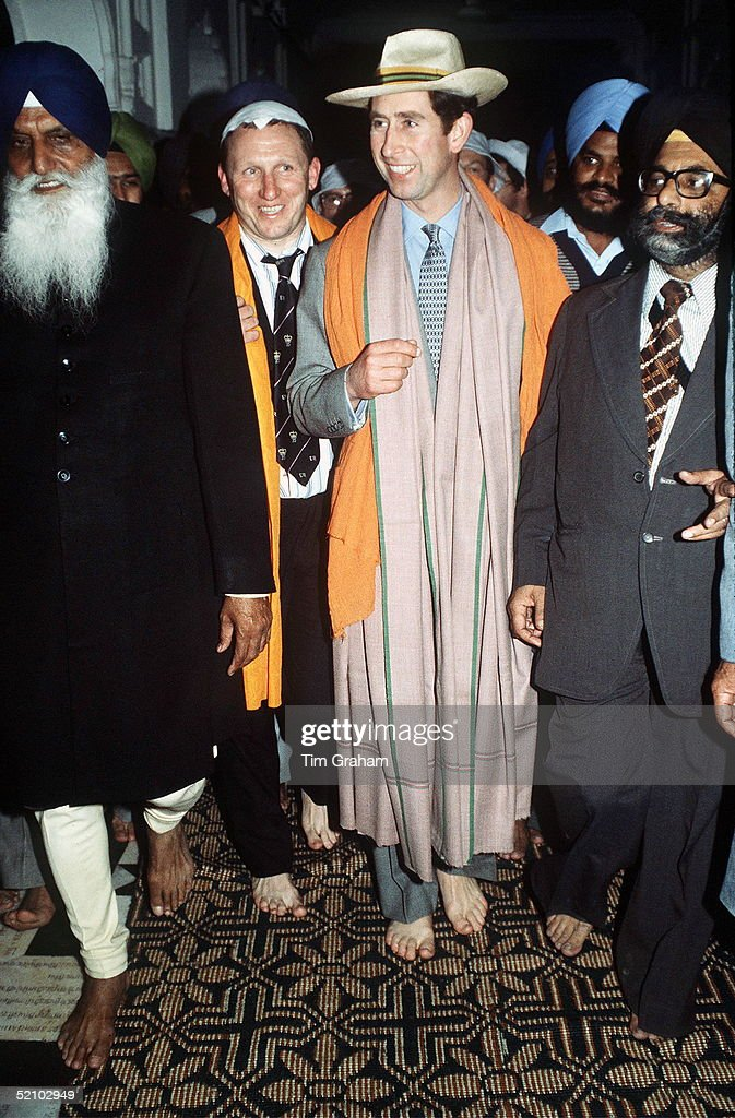 Prince Charles Official Visit To India Visiting The Golden Temple In Amritsar Barefoot And With His Head Covered As Required When Visiting The Sikhs..
