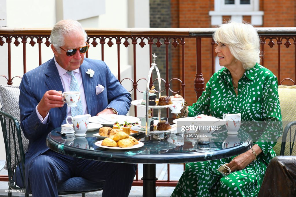 The Prince Of Wales And The Duchess Of Cornwall Visit The Theatre Royal Drury Lane : ニュース写真