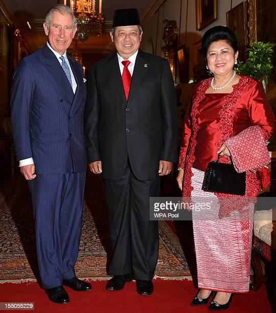 Prince Charles Prince of Wales Indonesian President Susilo Bambang Yudhoyono and wife Ani Bambang Yudhoyono during a visit to the Oxford Centre for...