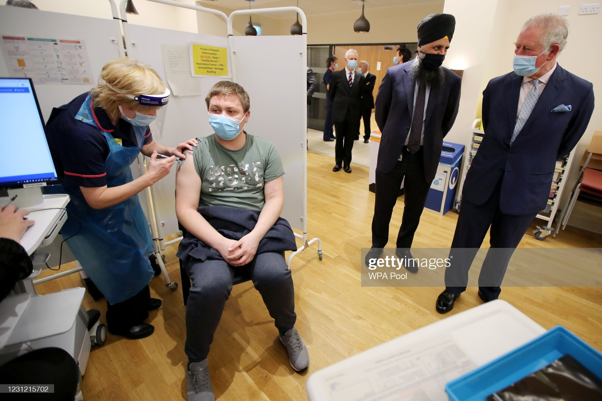 prince-charles-prince-of-wales-talks-with-chief-pharmacist-inderjit-picture-id1231215702