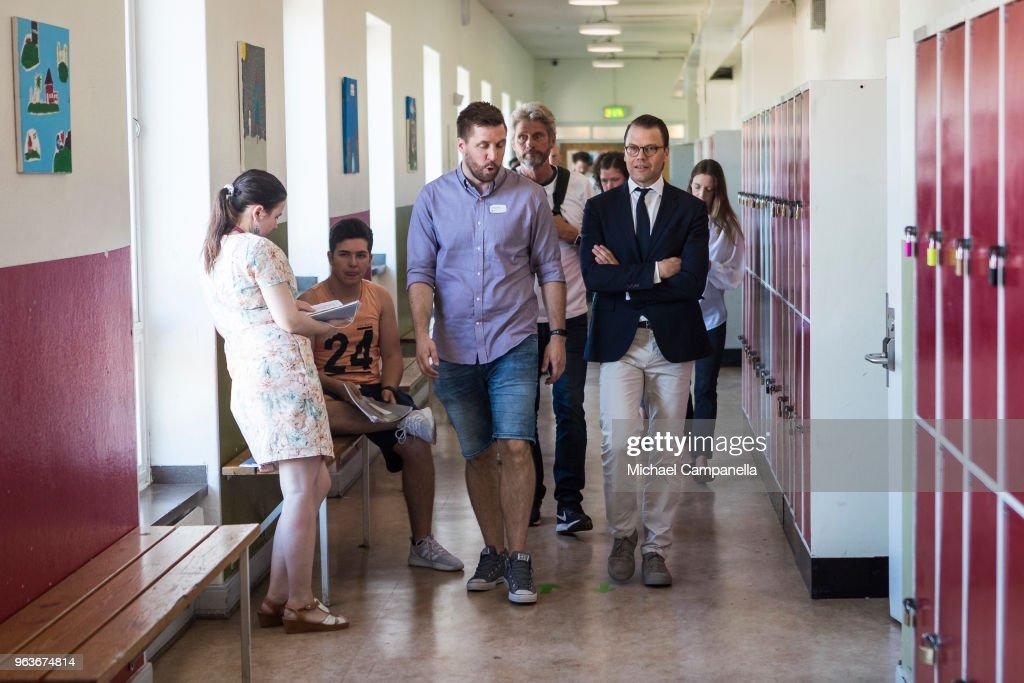 CASA REAL DE SUECIA - Página 2 Prince-daniel-of-sweden-visits-backahag-school-as-a-part-of-his-pep-picture-id963674814
