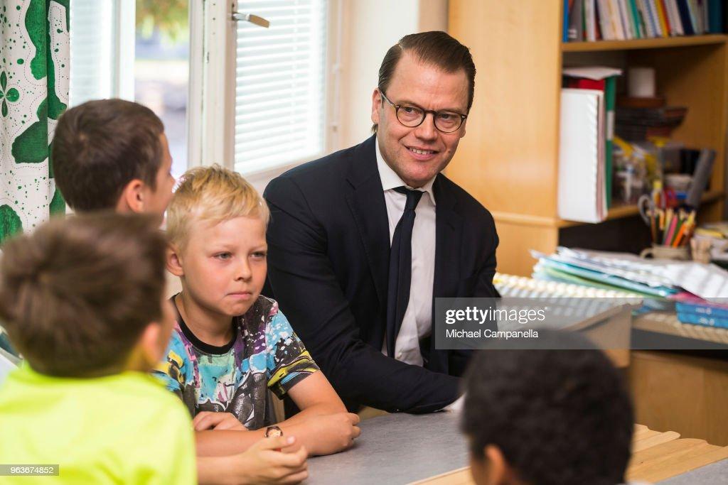 CASA REAL DE SUECIA - Página 2 Prince-daniel-of-sweden-visits-backahag-school-as-a-part-of-his-pep-picture-id963674852