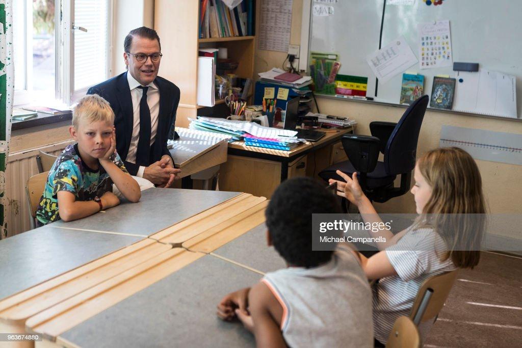 CASA REAL DE SUECIA - Página 2 Prince-daniel-of-sweden-visits-backahag-school-as-a-part-of-his-pep-picture-id963674880