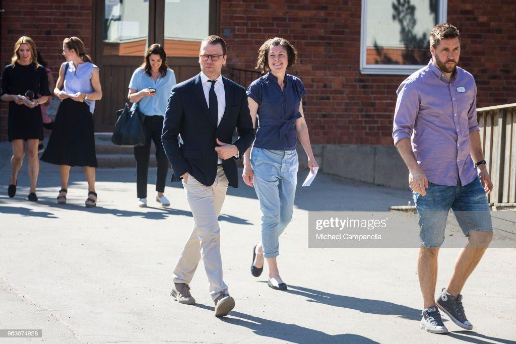 CASA REAL DE SUECIA Prince-daniel-of-sweden-visits-backahag-school-as-a-part-of-his-pep-picture-id963674928