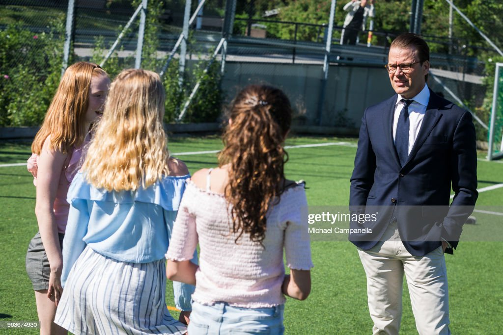 CASA REAL DE SUECIA Prince-daniel-of-sweden-visits-backahag-school-as-a-part-of-his-pep-picture-id963674930