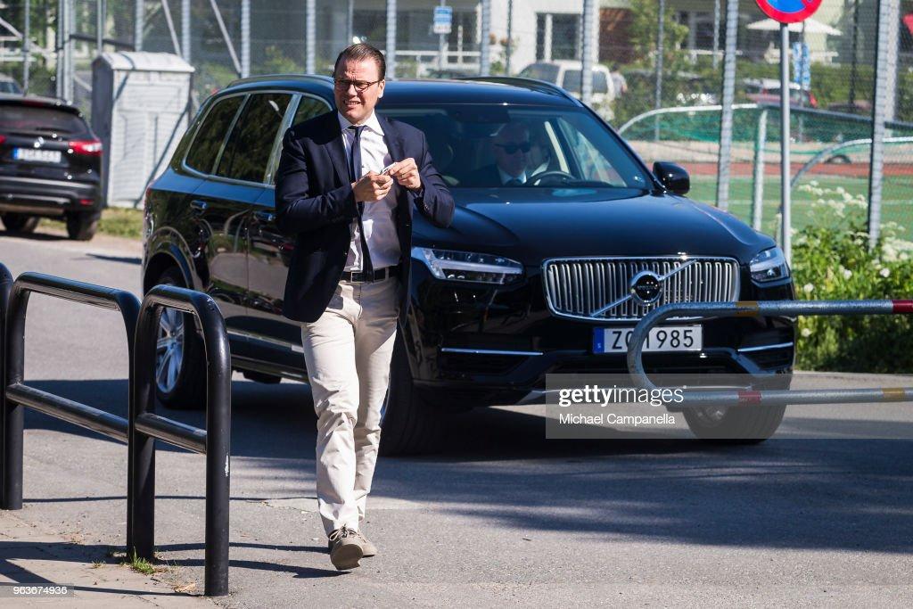 CASA REAL DE SUECIA Prince-daniel-of-sweden-visits-backahag-school-as-a-part-of-his-pep-picture-id963674936