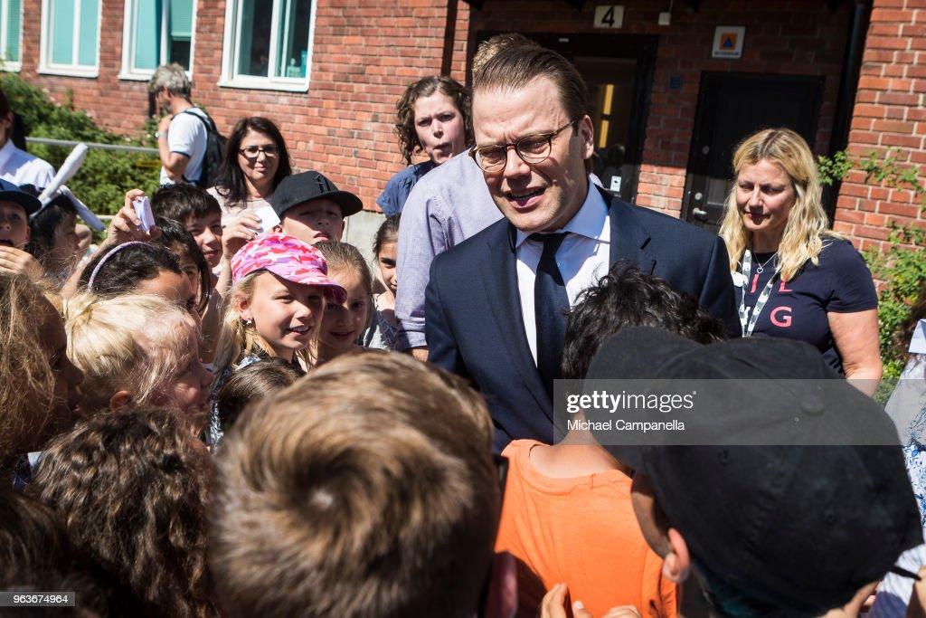 CASA REAL DE SUECIA - Página 2 Prince-daniel-of-sweden-visits-backahag-school-as-a-part-of-his-pep-picture-id963674964