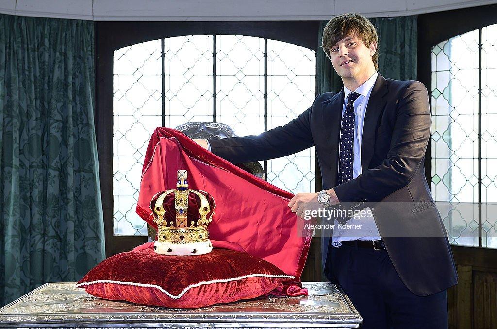 Prince Ernst August Presents Royal Crown Of Hanover : Nachrichtenfoto