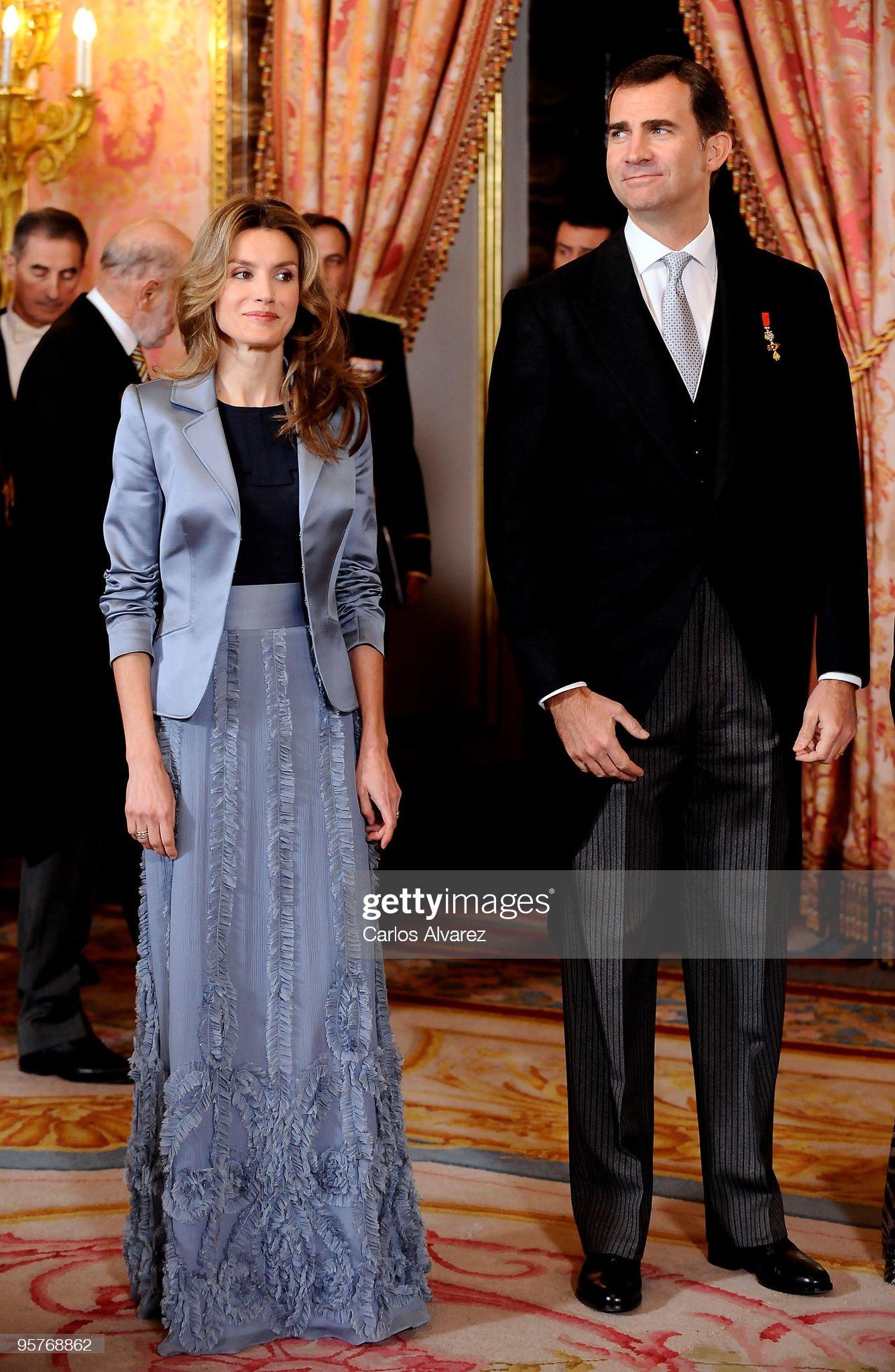 Вечерние наряды Королевы Летиции Spanish Royals Host Ambassadors Reception in Madrid : News Photo