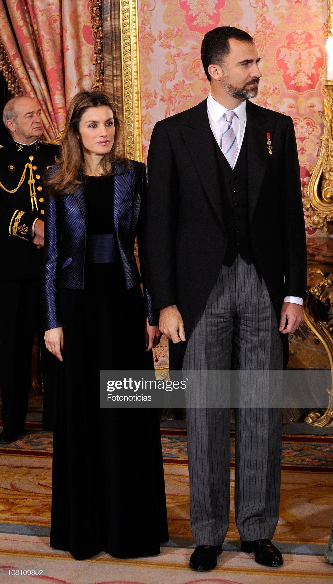 Вечерние наряды Королевы Летиции Spanish Royals Receive Foreign Ambassadors : News Photo