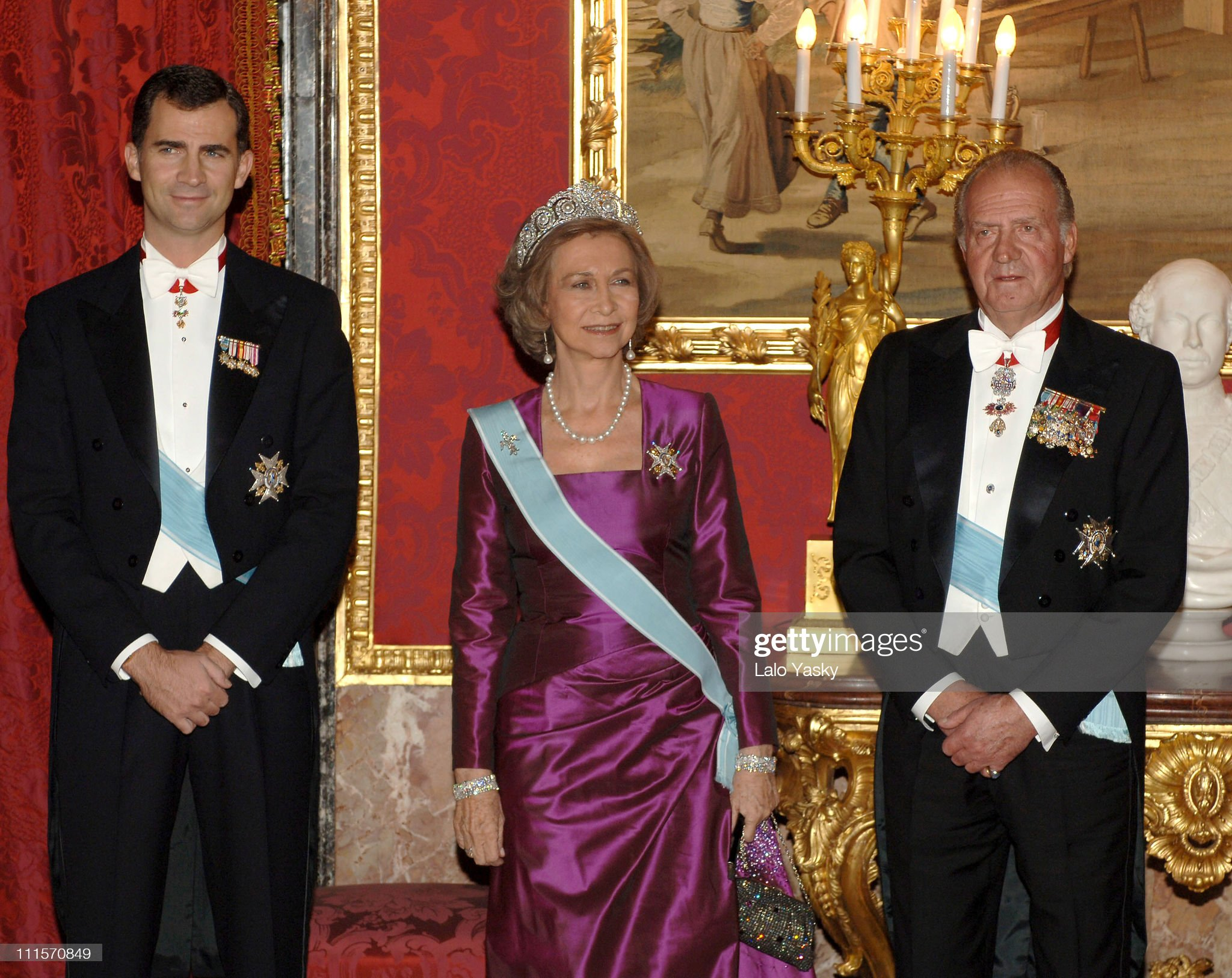 Spanish Royal Family Receive Chinese President Hu Jintao and Wife Liu Yongqing For a Gala Dinner - November 14, 2005 : News Photo