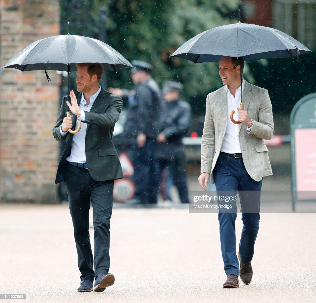 The Duke And Duchess Of Cambridge And Prince Harry Visit The White Garden In Kensington Palace : ニュース写真