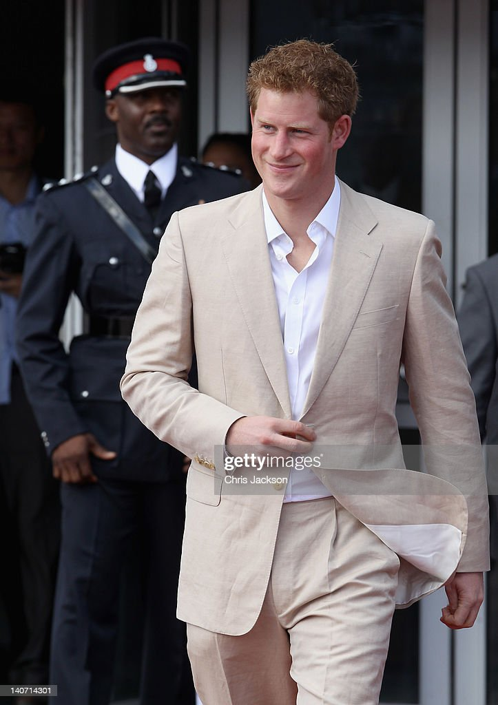 Prince Harry Tours Bahamas To Mark Queen Elizabeth II's Diamond Jubilee : Fotografía de noticias
