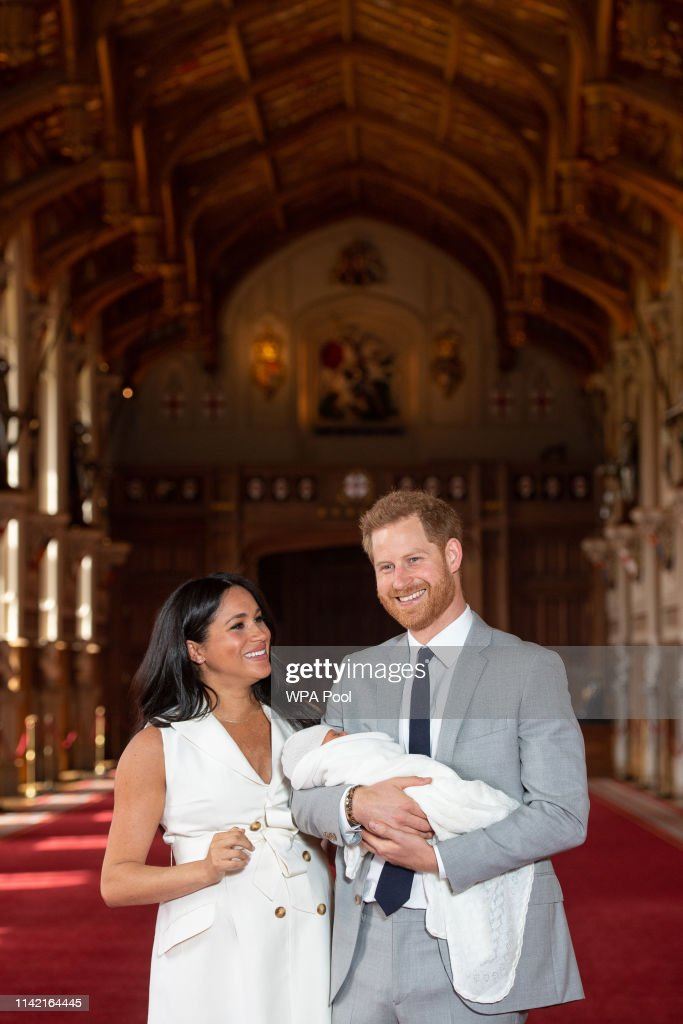 The Duke & Duchess Of Sussex Pose With Their Newborn Son : Nachrichtenfoto