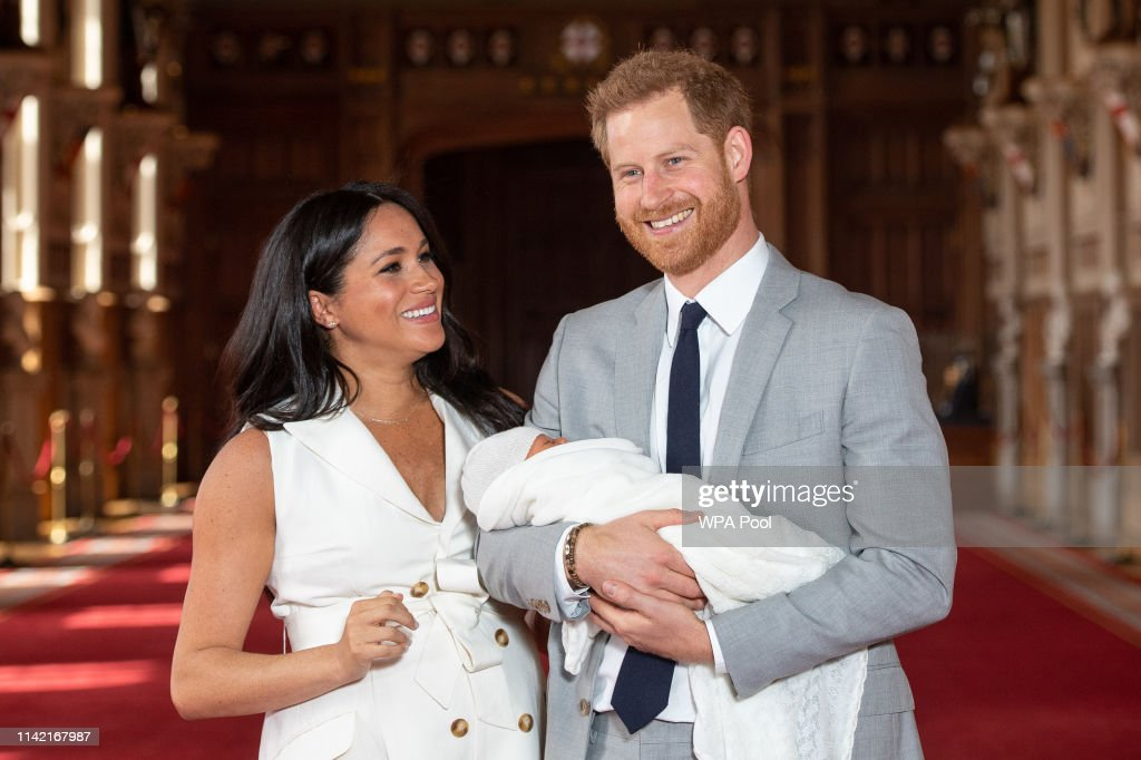 The Duke & Duchess Of Sussex Pose With Their Newborn Son : Foto jornalística