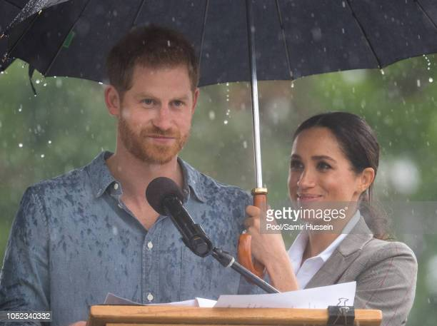 Prince Harry Duke of Sussex and Meghan Duchess of Sussex visit Victoria Park on October 17 2018 in Dubbo Australia The Duke and Duchess of Sussex are...