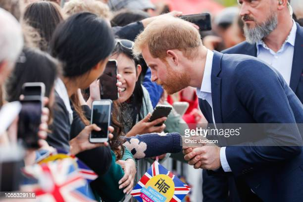 Prince Harry Duke of Sussex meeting crowds of fans during 'Walkabout' on October 30 2018 in Auckland New Zealand The Duke and Duchess of Sussex are...