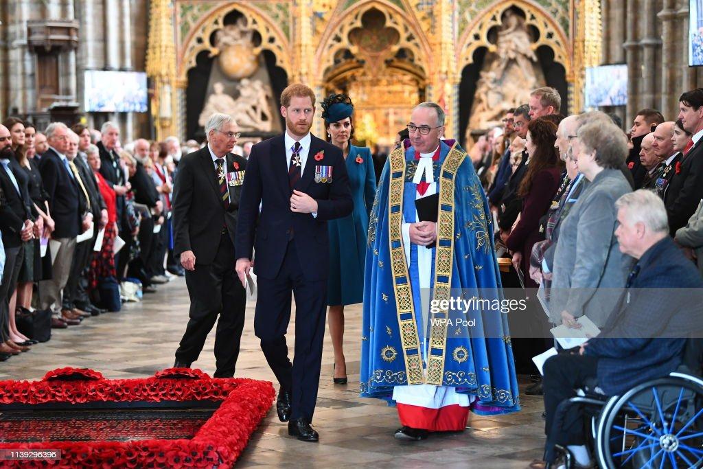 Duchess Of Cambridge Attends ANZAC Day Service : Nachrichtenfoto