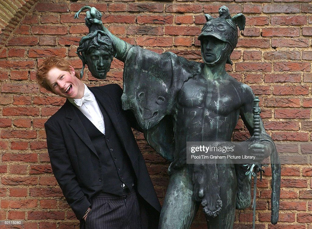 Prince Harry With Statue : ニュース写真