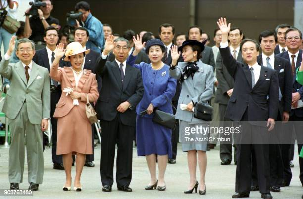 Prince Hitachi, Princess Hanako of Hitachi, Prince Mikasa, Princess Yuriko of Mikasa, Princess Nobuko of Mikasa and Prime Minister Toshiki Kaifu wave...
