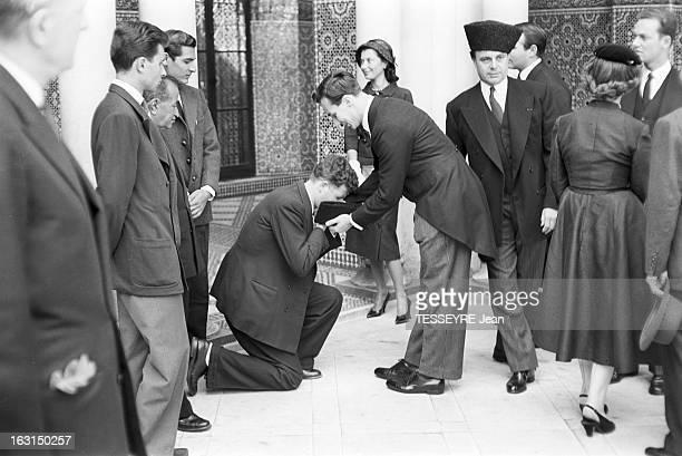 Prince Karim Aga Khan Iv At The Mosque Of Paris En France à Paris en août 1957 le prince Karim AGA KHAN IV assiste aux services funèbres de son...
