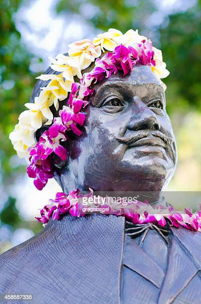 prince kuhio statue along waikiki beach in honolulu, hi - prince royal person stock pictures, royalty-free photos & images