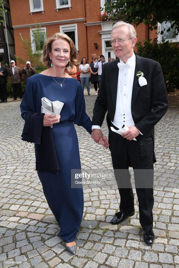 Высший свет. Галерея - Страница 13 Prince-ludwig-ferdinand-zu-saynwittgensteinberleburg-and-his-wife-picture-id1003464506