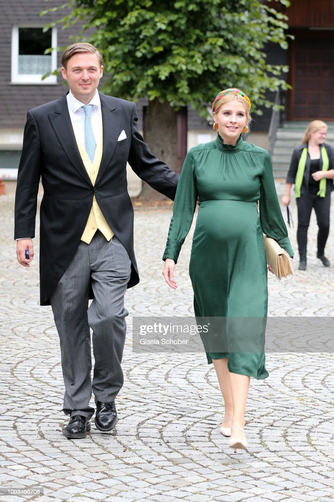 Высший свет. Галерея - Страница 13 Prince-maximilian-zu-saynwittgensteinberleburg-and-his-wife-princess-picture-id1003466706