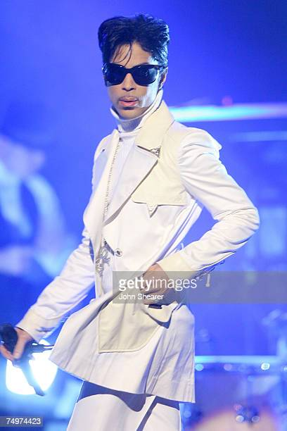 Prince performs 'The World'/'Get on the Boat'/'The Glamorous Life'