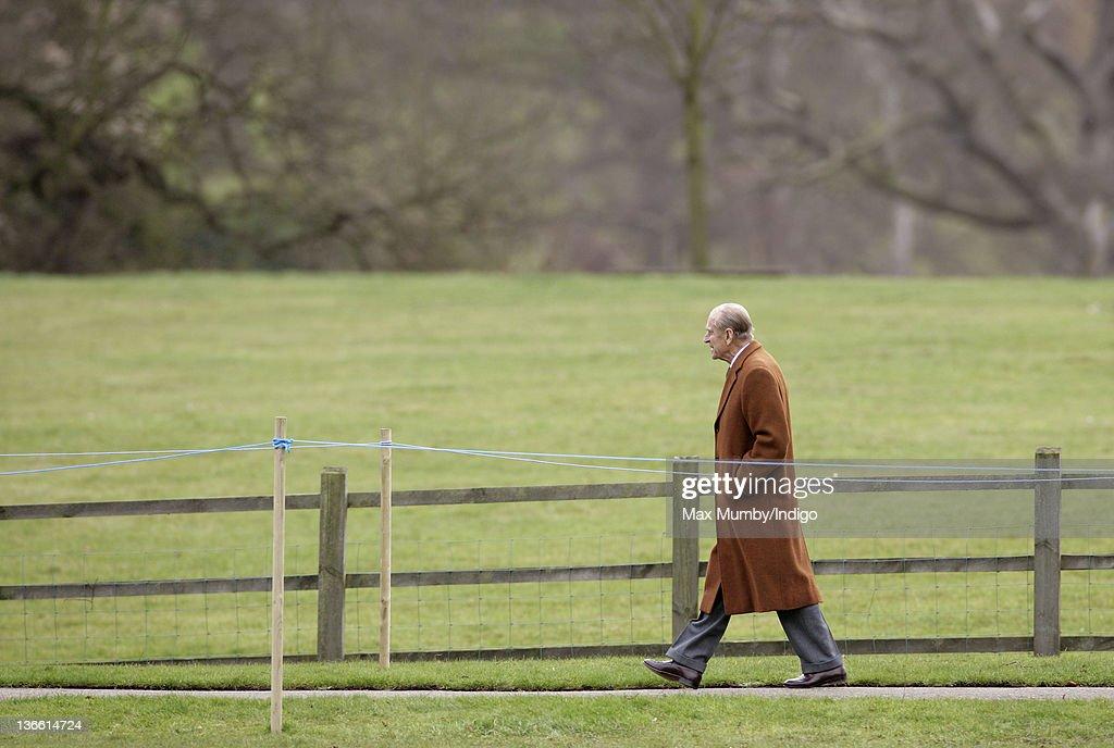 Queen Elizabeth II And The Duke Of Edinburgh Attend Church Services : ニュース写真