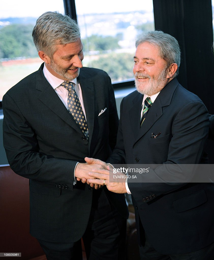 Prince Philippe of Belgium (L) and Brazilian President Luiz Inacio Lula da Silva shake hands during a meeting in Brasilia, on May 20, 2010. Prince Philippe is on a three-day visit to Brazil. AFP PHOTO/Evaristo SA